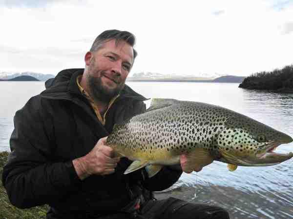 8,2 kilo massiv ørred som huggede få meter fra land i Thingvallavatn. Det er altså et fiskeri der kan få adrenalinet i kog