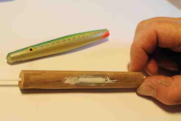 Efter et stykke træ er blevet skåret ud i den rette længde, fræses der et hul ud til belastning, og der bores hul til gennemløbrøret. Belastningen tilpasses, sættes i hullet, og der spartles efter. Derefter sættes gennemløbspinden i.