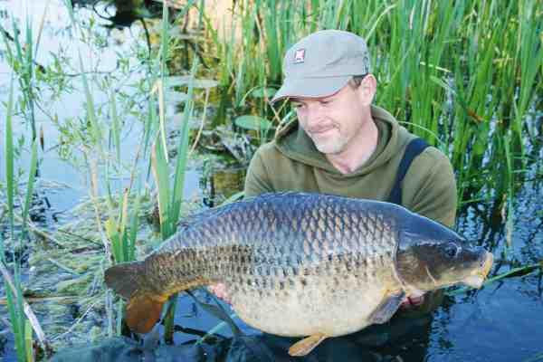 Kort inden bladet gik til tryk fangede Morten denne flotte 13,5 kilos skælkarpe, som både er PR og sørekord.