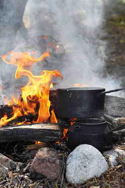 Efter en spændede fiskedag er der intet som en gang varmt at drikke og lejrhygge ved bålet.