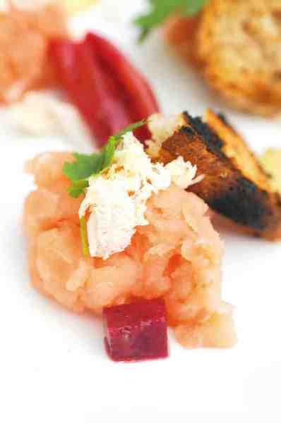 Laksetataren var selvfølgelig knaldfrisk – og kombinationen af den fede bløde fisk med det ristede brød og de andre søde og syrlige elementer smagte genialt