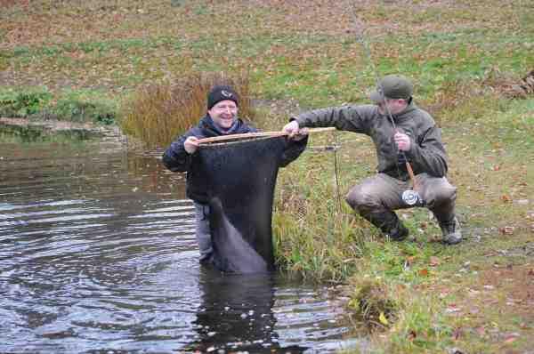 Jan Kristoffersen fra Jans Lystfiskershop havde heldigvis et net med, der var stort nok til at lande Henrik Svanes 11,5 kilo tunge bamse af en ørred.