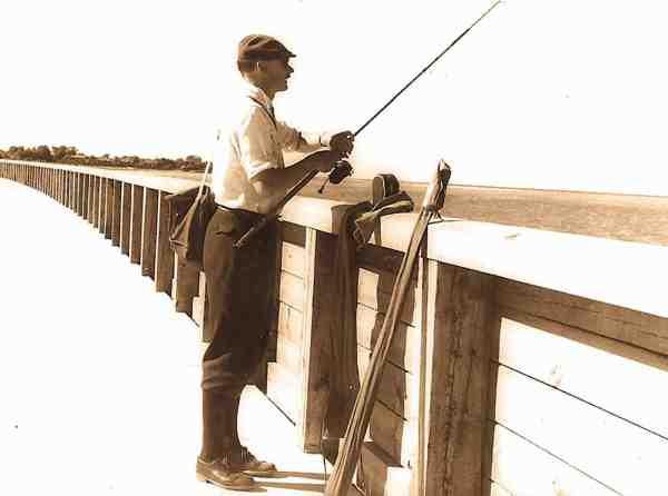 På molen i Frederikshavn fra den tid hvor lystfiskere altid var velklædte. Ud fra hjulet at dømme, et D.A.M. Quick, stammer billedet fra midten eller begyndelsen af 1950'erne