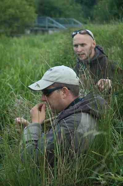 Ivar Thordal gør klar til at prøve en lille nymfe i Villestrup Å. Man skal ikke undervurdere de små nymfer til fiskeri i dagtimerne.