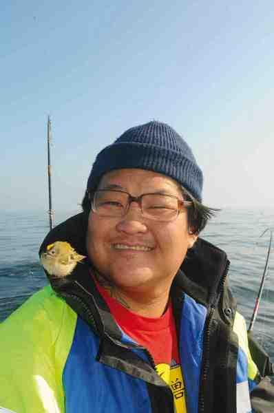 Simon Jul er et med naturen. Kort forinden har han fanget en laks på en havblik solskinsdag på Østersøen – og nu lander en lille fuglekonge på hans skulder.