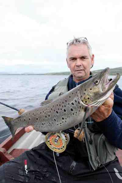 Brams kammerat Rob Kraaijeveld med en smuk fluefanget opgangs havørred på 2,5 kilo taget på vej op gennem Lough Currane, der ligger tæt på Waterville.