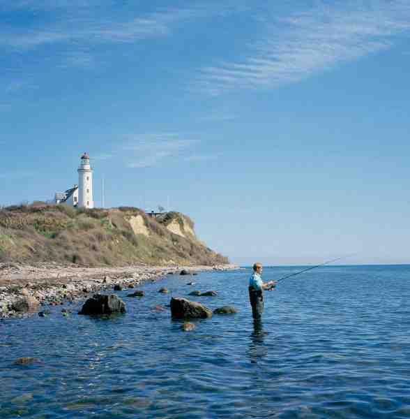 Pynter på øer, som fx her ved Vestborg Fyr på Samsø er som regel glimrende sommerpladser. Så husk fiskestangen, hvis du skal på sommerferie på en af landets mange hyggelige øer.