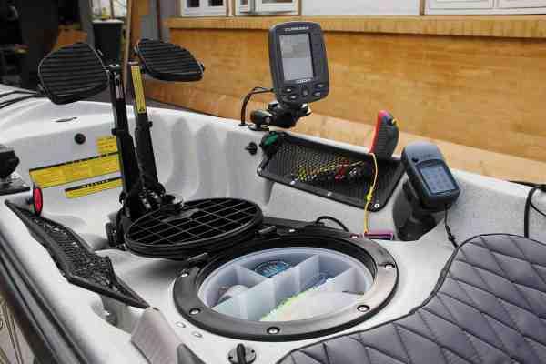 Her ses tydeligt en af Hobies fordele som fiskekajak. Der er alt hvad man skal bruge inden for rækkevidde: Fishfinder, GPS, lip grip, stangholder osv.