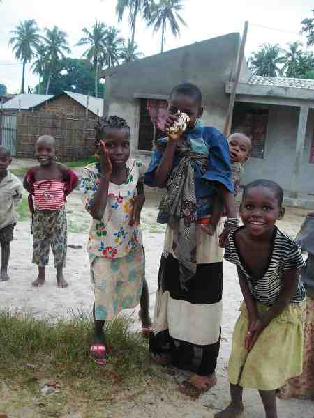 Hvide mennesker er mildt sagt et særsyn i det nordlige Mozambique. Man vænner sig til en kødrand af nysgerrige folk omkring sig.