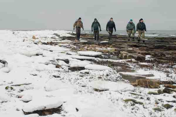 Havørredkliken er ikke bange for kulde. Her er det Peter Kirkby, Morten Lyhne og Kim Rægård sammen med et par af de skrappe lokale havørredfiskere: Hans-Erik Jensen og Ole Worm.