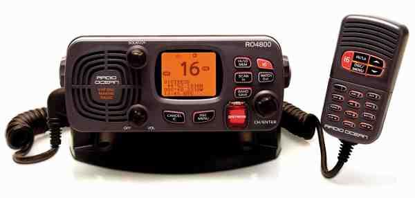 En VHF-radio som fx denne fra Radio Ocean er et vigtig at have, hvis man kommer i nød – og er uden for mobilnettet, hvilket man tit er lidt længere til havs.
