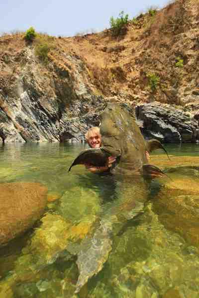 Kort inden hjemrejsen fra Syrien fik Jakub over sin sattelittelefon en melding fra en kammerat i Himalaya, der havde spottet denne gigant goonch-malle i en pool på den øvre del af Ramganga/Kali-floden på grænsen mellem Indien og Nepal. Jakub var hurtig på aftrækkeren: Han tog direkte til Indien og slog sine egen all-tackle verdensrekord på 75 kilo med denne fisk på 87 kilo.