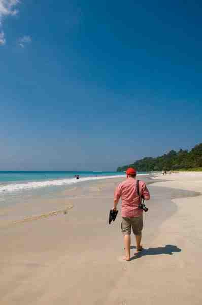 Beach No. 7 på Havelock Island er kåret til at være Asiens bedste af Time Magazine, og Drømmerejevinderne kan bekræfte at der bestemt er overdrevent smukt. Her er det Jesper der går en stille tur, få timer før turen går hjemover mod Danmark.