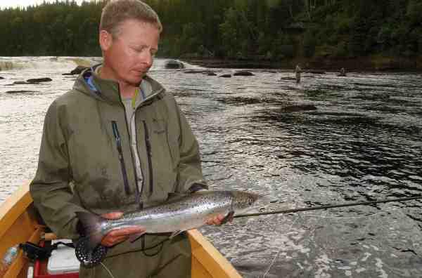 Jesper Fohrmann har fanget tusindvis af laks større end denne – men alligevel var dette den Big Falls drømmefisk, han har fantaseret om siden barndommen.