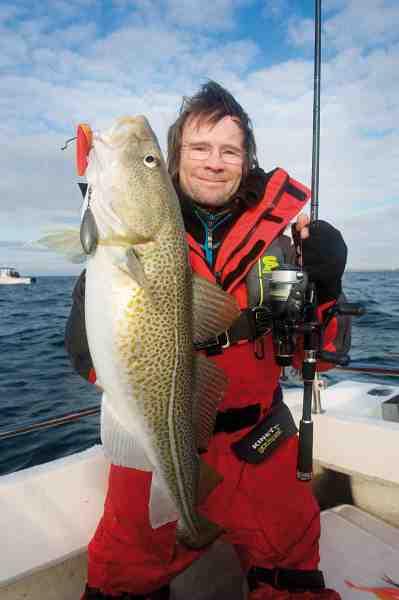 Jens Bursell med en fin fisk, der faldt for en rød curly tail fisket 20 centimeter over bunden.