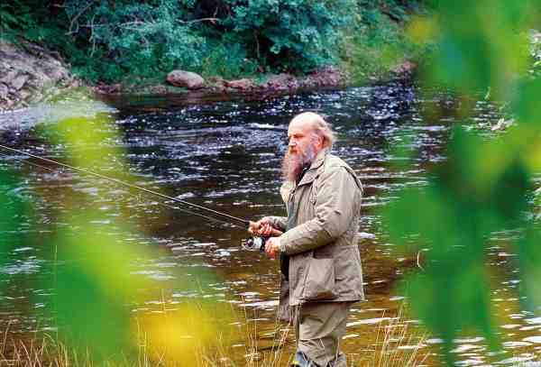 En af Jens sidste fisketure gik til Norge med fiske vennen Michael Jensen. Selvom Jens på dette tidspunkt havde mange ting at tænke på, var han ikke forfatteren og filmmanden Jens Ploug Hansen, men blot en fyr der var vild med at fiske, og helst med orm, fortæller Michael i sin bog, Døgnfluen og det evige liv.