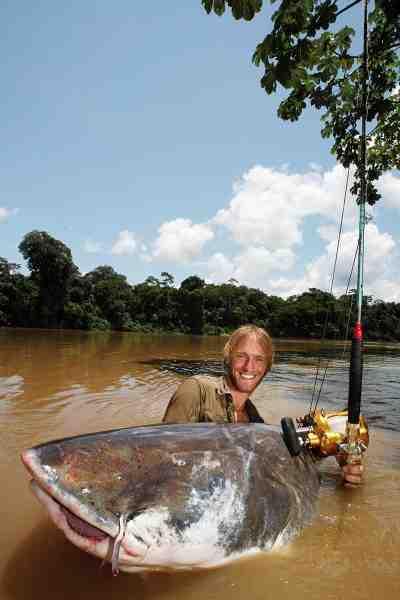 Her er det en Piraiba-malle på 215 kilo, som er faldet for Jakubs agn – en femkilos malle. Store fisk – store agn. Sådan er det. Piraiba-mallen er Amazonas største malle, og lokale fiskere kan berette om aber, store fugle, katte og hunde i maven på disse fisk. Helt utroligt.