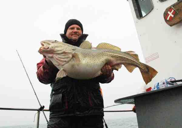 Brian Jensen med sin torsk på 16,2 kilo.