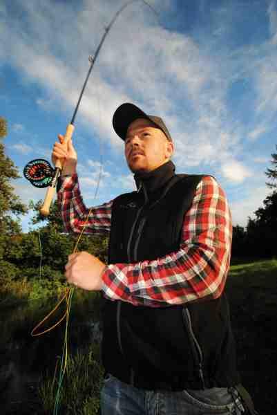 Her ses Mads Leth Pedersen fra fluefiskeskolen.dk i færd med at kaste til en god plads. En hånds på håndtaget giver andre muligheder.