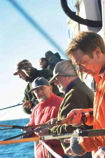 Rødspættefiskeriet er både festligt, folkeligt og fornøjeligt – og et fiskeri hvor alle kan være med. Men – når det er sagt – så er der også rig mulighed for feinschmeckeri, hvor de garvede kan køre linen helt ud.