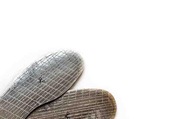 Med et par varmereflekterende thermosåler som disse fra Husqvarna, bliver det markant lettere at holde varmen om tæerne. Filtsiden skal vende op mod foden. Alusiden som ses her, reflekterer varmen tilbage mod foden. www.husqvarna.com