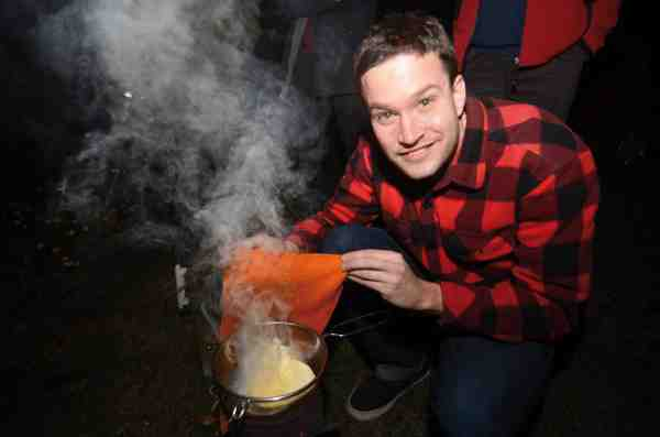 Her bliver der lavet rygeost på en grillstarter i en si over rygende halm og med en ren våd klud som låg. Guf.