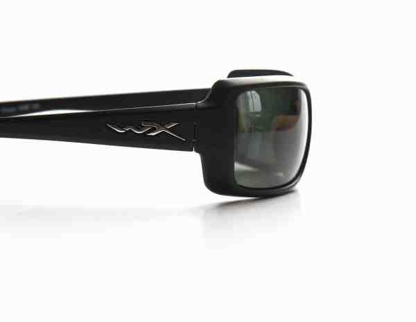 Wiley-X, hvor pol-filteret er indlejret i midten af glasset, så det ikke så let slides, er et godt eksempel på en high-end briller med både hydrofobiske, anti-statiske og refleksdæmpende coatninger.