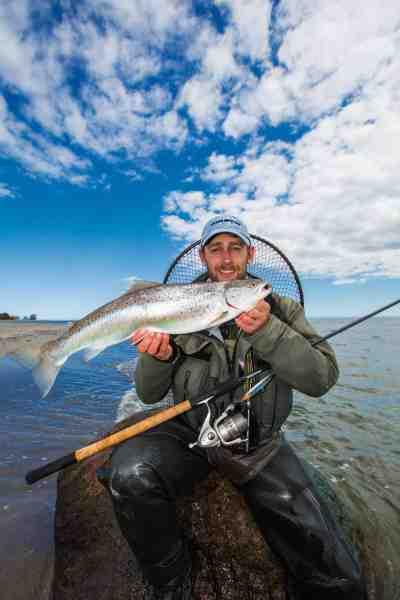 David Thormar med en fin fisk fra sandrevlen. Læg mærke til fiskens lyse nærmest beigefarvet ryg – en god indikator for at fisken har jaget tobis over sandbund og i øvrigt et rigtigt godt tegn til at fortsætte fiskeriet.