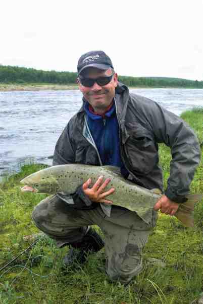 Artikelforfatter Steen Larsen med en smuk laks fra den nordsvenske perle, Lainio.