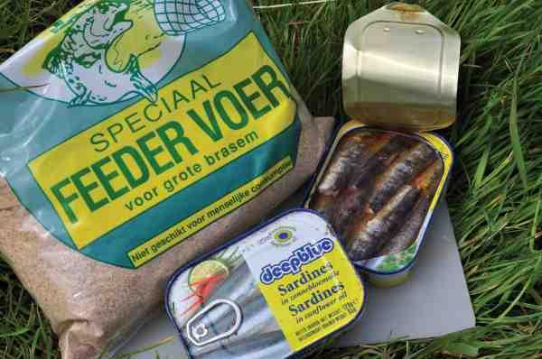 Når der forfodres, kan man med fordel mose en god gang dåsefisk ind i foderet. Det giver en virkelige god ekstra lokkeeffekt.