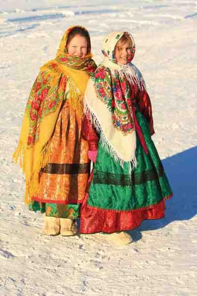 Et par piger gør klar til fest i en af de Sibiriske landsbyer på vejen.