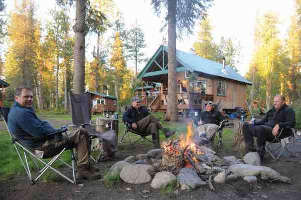 Den karismatiske nordmand Henrik Wessel driver en hyggelig og velfungerende fiskelodge ved floden Chunilna Creek. Her kan man bo komfortabelt midt i vildmarken og samtidig opleve noget af Alaskas bedste fiskeri.