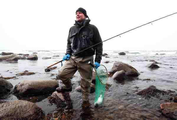 Anders Juhl med sin flidspræmie, efter flere timers slid i bølgerne.
