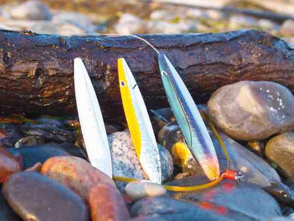 Tre sikre tobisagn til aprils kystfiskeri. Selvom den skrappe farve ikke ligner den ægte vare, kan den være god at have i stærkt oprørt vand.