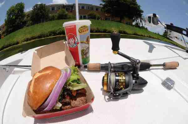 Frokost på farten? Hvorfor smøre madpakke, når man bare kan gå i land fra bredden og hente en burgermenu på en af de mange fastfood restauranter i Miami?
