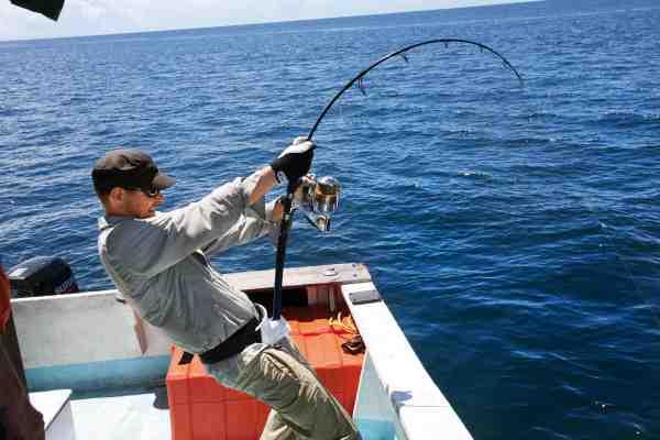 I tropisk jigging- og popperfiskeri presses grej og fisker til det alleryderste. Kun hvis alt fungerer optimalt, har man en chance mod de ubønhørlige bæster i dybet.