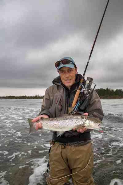 Einar med en fisk på cirka to kilo, som hamrede på hans gennemløber over bare 30 centimeter vand ved Kesnäsudden på Ölands østkyst.