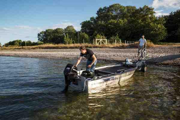 Toke og bådmakkeren Christian Østerberg søsætter deres havørredmaskine fra stranden. En disciplin deres fede Linder 400 er som skabt til.