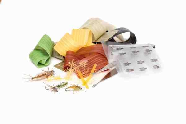 Et udvalg af J:sons produkter til fremstilling af nymfer. De mange farver giver rig mulighed for naturtro imitationer af specifikke insekter i deres nymfestadie. På www.jsonsweden.com finder du rigtigt mange bindevejledninger, hvor deres materialer indgår.