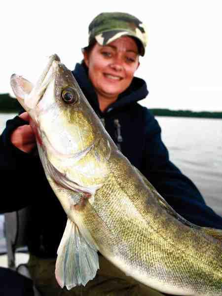 Rikke Friis-Nielsen med sin debutsandart. Fanget på hendes første fisketur nogensinde.