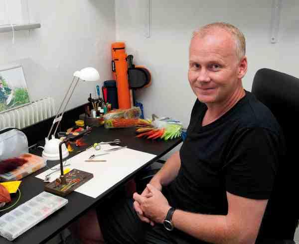 Kim Sørensen ved fluebinderbordet, som modsat de fleste andre fluebinderes bord, er præget af orden