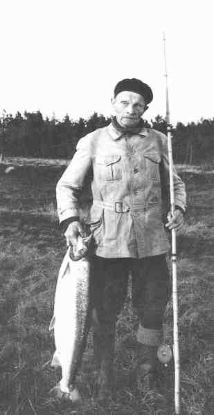 Den legendariske laksefisker, skomagermester Hans Bache, med sin sidste laks fra Skjern Å. Hans fangede i alt 205 laks gennem sine mange år ved åen.