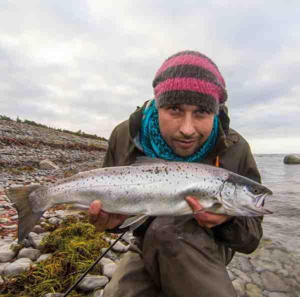 KENNY CRONHAMN har fisket efter Gotlands havørreder siden 80erne. I sine tidlige år omkring Visby, hvor han cyklede ud til pladserne og som voksen over hele øen. Kenny har om nogen fanget mange store fisk og han kender øens pladser bedre end de fleste, hvilket også er årsagen til, at han gennem de sidste 8 år har været tilknyttet guideselvskabet www.fishyourdream.com – et firma der bl.a. tilbyder guidede fisketure på Gotland. Kenny er ligesom Jocke på Westins Pro Team, hvor han bidrager med sin store havørredkundskaber. Kenny fisker hovedsageligt med kystwoblere og er især glad for Salty i store udgaver, som han med stor præcision fisker øens hotspots af med. Den relativt højtgående wobler kan fiskes langsomt og med dens svagt vuggende gang, har Kenny overlistet ikke så få trofæfisk. Når Kenny ikke er på kysten tilbringer han tiden i Gotlands artsrige natur som amatørornitolog og fotograf.