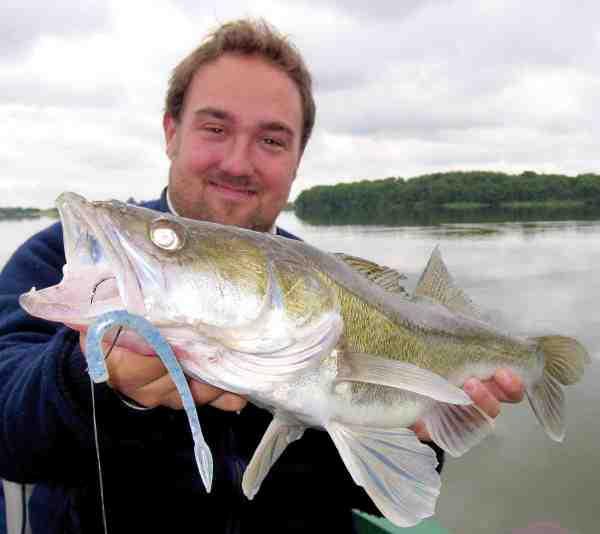 Anvender du ophænger, fordobles dine fangstchancer. Især om sommeren er det ofte ophængeren, der giver de fleste fisk. Her er det SG Dying Minnow, der fungerer ideelt som ophænger.