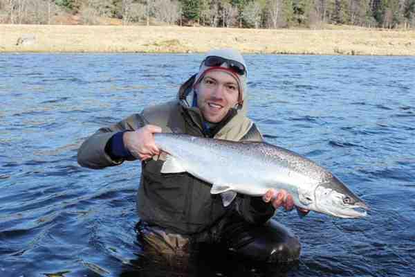 Selvom det skotske forårsvejr er noget mildere end herhjemme, er det stadig iført vintertøjet, man fisker de tidlige springers ved Dee.