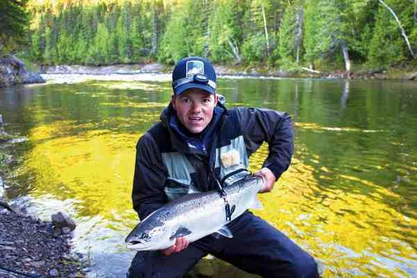 Mads Leth Pedersen har været heldig at fanget en god laks på enhåndsstangen. Magog Smelt er ikke nogen tung flue, hvorfor den også kan fiskes på let grej, hvis forholdene ellers tillader det.