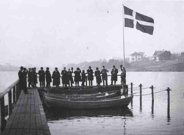 Fiskeklubber så dagens lys i slutningen af 1800-tallet. Lystfiskeriforeningen var nogle af de første. Man organiserede og skaffede medlemmerne fiskevand. Lystfiskeriforeningen købte blandt andet en grund ved Vejlesø i Holte, hvor man indviede et broanlæg i 1898. Dannebrog højt til tops og »hatten af for det«.