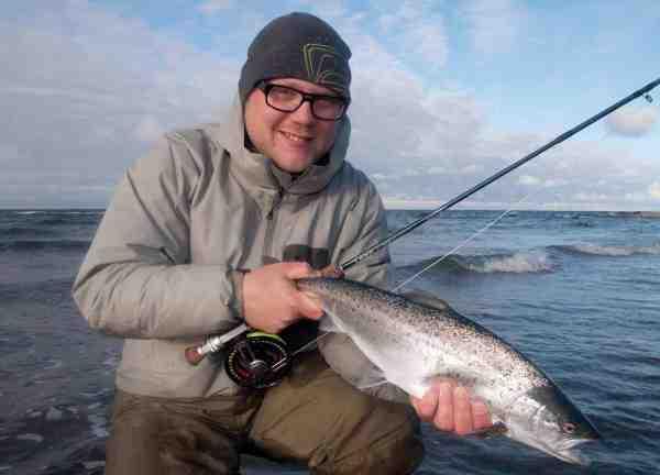 Selv større fisk kan blive selektive på tanglopperne. Her ses Rene Gerken med en fin to-kilos overspringer fra den åbne kyst.