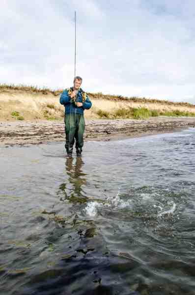 Jan Dehli med hans rekordfisk. En monster fluefanget kystørred på ikke mindre end 8,75 kilo!