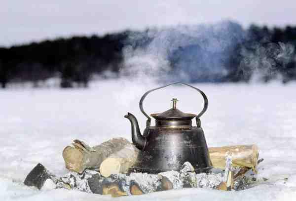 Kogekaffen smager ikke dårligere når man er midt ude på en tilfrosset sø – tvært imod.